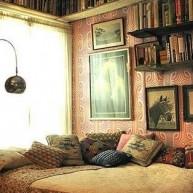 Półki na książki w małej sypialni