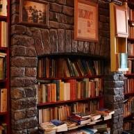 Biblioteczka w przestrzeni po kominku