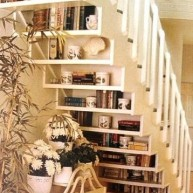 Biblioteczka z lewej strony schodów (pod schodami)