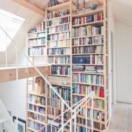 Biblioteczka na długości 2 kondygnacji w przestrzeni klatki schodowej