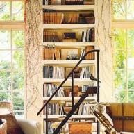 Biblioteczka w ścianie ze schodkami do obsługi
