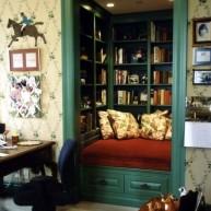 Biblioteczka w przestrzeni wnęki do wypoczynku