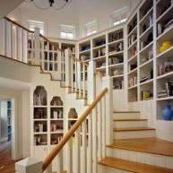 Biblioteczka wzdłuż schodów