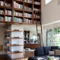 Biblioteczka w górnej przesztrzeni ściany
