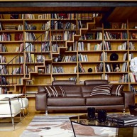Biblioteczka w przesztrzeni ściany ze schodami