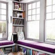 Biblioteczka w przesztrzeni ściany i pod parapetem