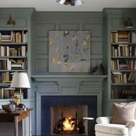 Rustykalna biblioteczka w salonie przy kominku