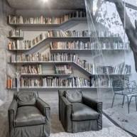Biblioteczka w przesztrzeni ściany w nowoczesnym wnętrzu