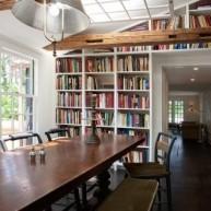 Biblioteczka w płaszczyźnie ściany