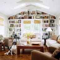 Biblioteczka w przesztrzeni ściany z oknem