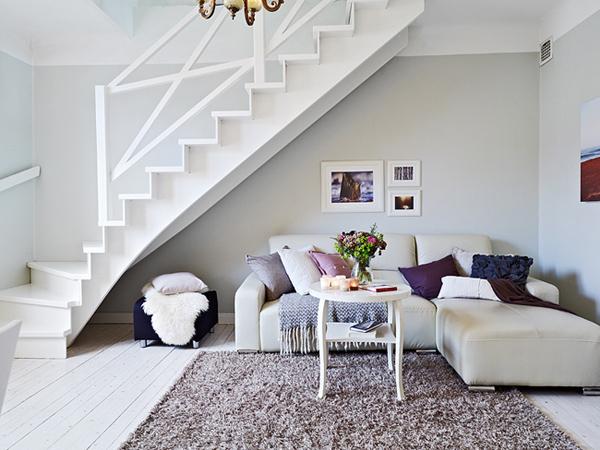 Salon. Ustaw tutaj wygodne kanapy z poduszkami zyskując niezwykły salon, gdzie można się wygodnie zrelaksować, napić herbaty czy poczytać dobrą książkę._przestrzeń pod schodami 53