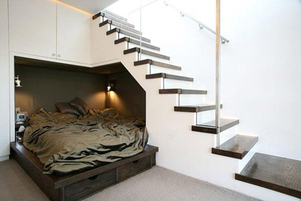 Sypialnia. Potrzebujesz ustawić gdzieś dodatkowe łóżko dla gości? Miejsce pod schodami może posłużyć jako przytulny pokoik gościnny._przestrzeń pod schodami 54