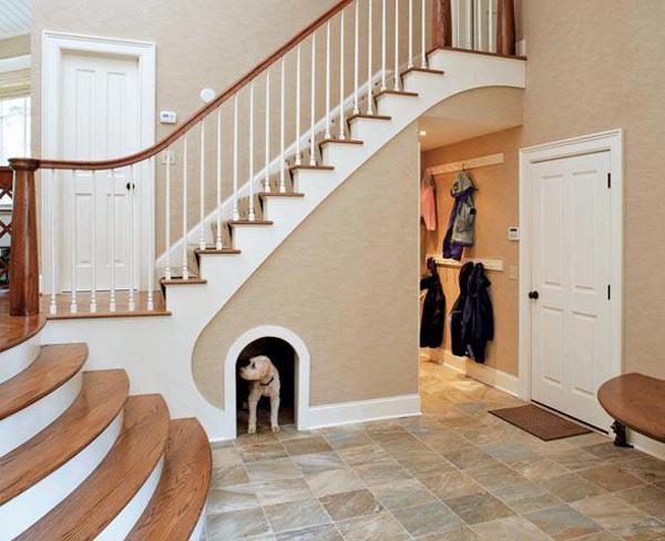 Buda. Czyli innymi słowy dom dla Twojego psa lub kota. Wystarczy zrobić dziurę w ścianie pod schodami i Twój zwierzak będzie miał swoje własne i wygodne miejsce do spania._przestrzeń pod schodami 55