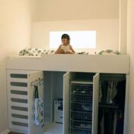 Łóżko na małej szafce i garderobie dziecka? Które z dzieci nie uwielbia wdrapywać się na łóżko zamiast zwyczajnie do niego wchodzić?