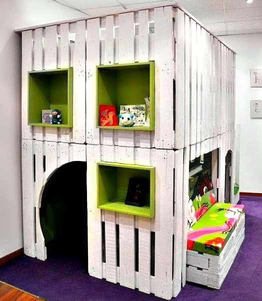"""pokoik_niemowlaka_Domek zabaw z """"sypialnią"""" na górze i małym schowkiem do zabawy w chowanego"""