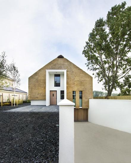 Tradycyjne elementy budowy domu takie jak dach kryty strzechą oraz ściany zrobione z kamienia i tynku glinianego dobrze łączą się ze współczesnym elementem jakim jest biała zaprawa.