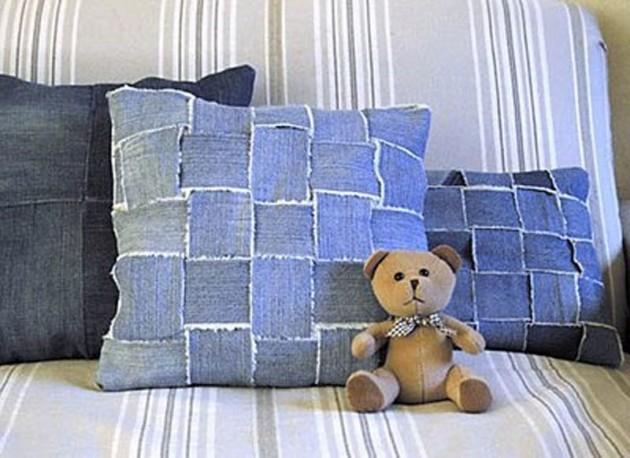 Poszewki na poduszki z jeansowych pasków przeplatanych w kratkę. Jeśli uszyjesz już zwykłe, spróbuj dodać takie!