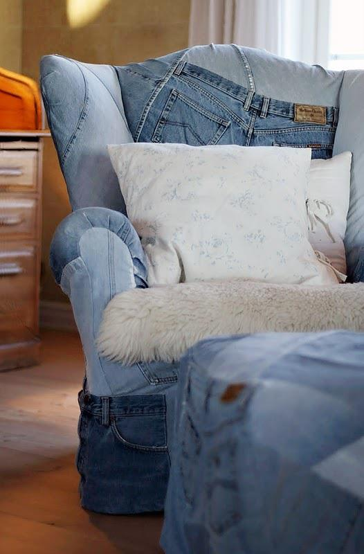 Wspaniały i niepowtarzalny fotel z tapicerką jeansową. Idź do szmateksu, kup najróżniejsze jeansy, jeśli nie podejmiesz się tapicerowania sam - oddaj je do tapicera!