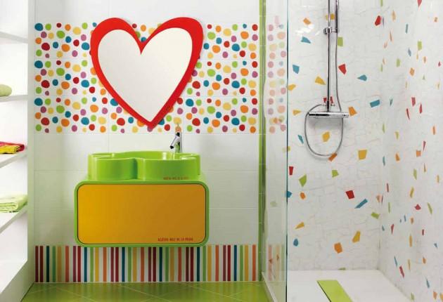 Zabawna łazienka dla dziecka. Kształt lustra, szafka z umywalką kolorowa i równie kolorowa terakota. Dla szalonego dorosłego również ;]