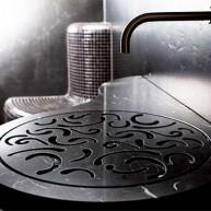 Taka niespotykana umywalka w rustykalnym stylu przyciąga wzrok.
