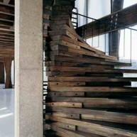 Schody kręcone z drewnianych elementów impregnowanych olejami. Trwalsze od lakieru.