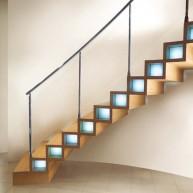 Schody zabiegowe z drewnianych profili z podświetleniem w grubości stopnia