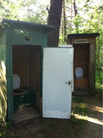 Malowniczy wychodek -starodawna toaleta na swiezym powietrzu ;]