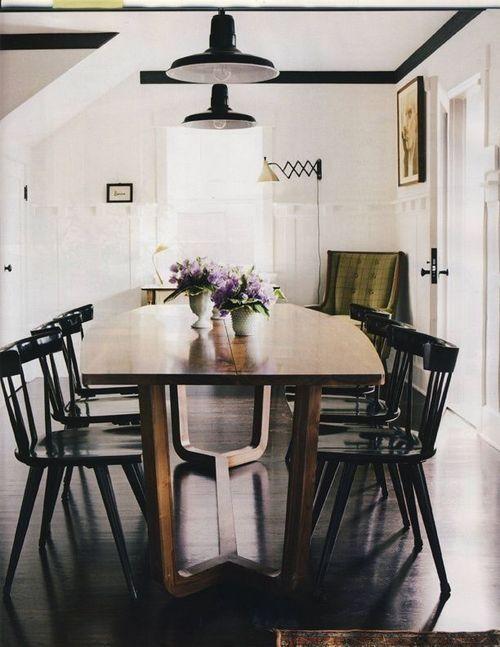Znasz takie krzesła? Wyrzycałeś je z pewnością jakieś 10 lat temu z domu? Wywoziłeś do domu rodziców? Umieściłeś w swoim letnim domu? ;] Czas, aby wróciły do jadalni!