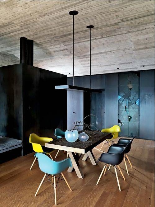 Designerska jadalnia? Współczesne plastikowe krzesła w trzech kolorach i prosta ława. To jest to!
