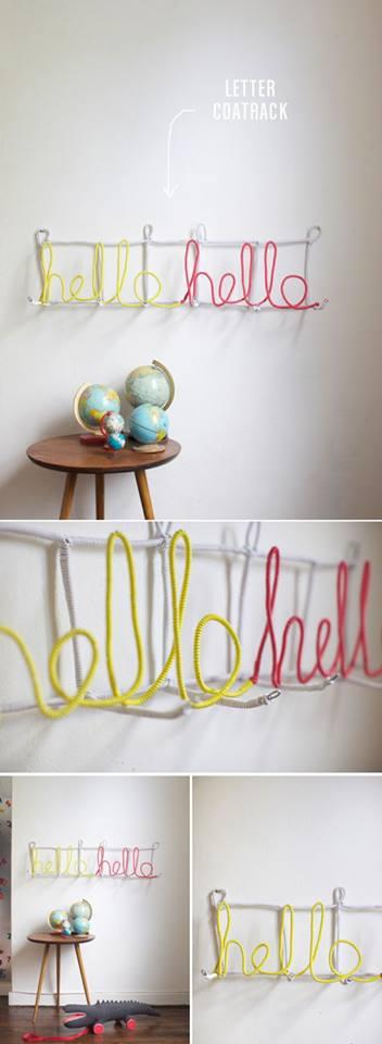 dekoracja-pokoju-dziecka-Nauka pisania dekoracją pokoju - wystarczy tylko przymocować do ściany odpowiednie druciki by trzymały słowa uformowane z kolorowych kabelków.