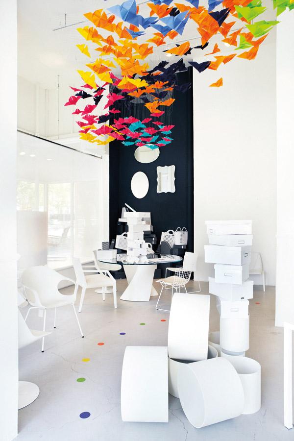 dekoracja-pokoju-dziecka-Kolejna kreatywna dekoracja z użyciem papierowych figurek motyli - ładnie i kolorowo.
