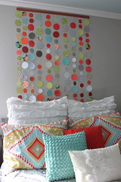 dekoracja-pokoju-dziecka-Kolorowe kółka przyczepione po kolei na sznurku i powieszone nad łóżkiem - co powiesz na taką dekorację?