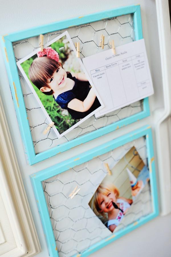 dekoracja-pokoju-dziecka-Druciane ramki ze spinaczami do przypinania zdjęć - dzięki temu możesz ozdobić pokój zdjęciami swojego dziecka.