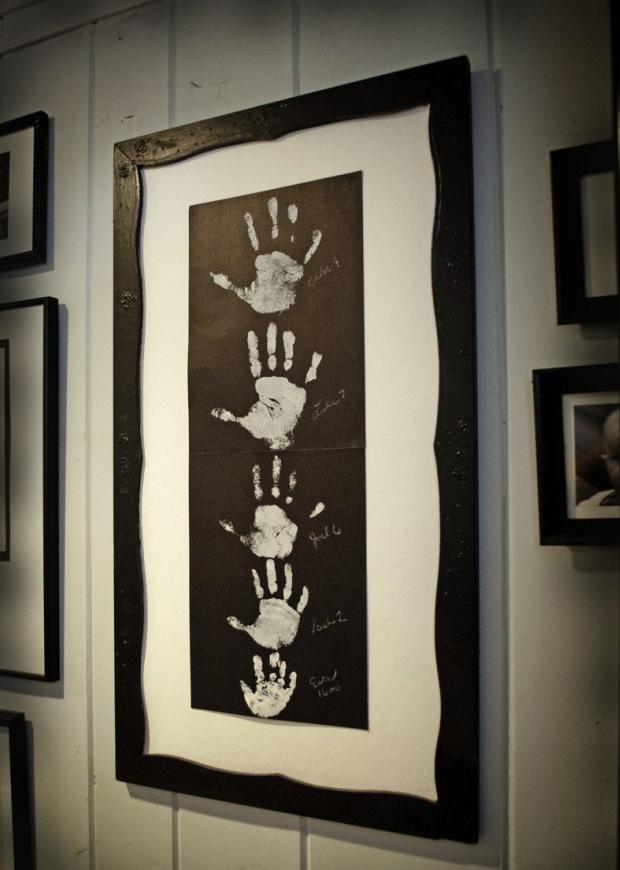 dekoracja-pokoju-dziecka-Odciski rączki Twojego dziecka też nadadzą się na obraz i tym samym na dekorację pokoju.