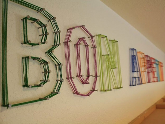 dekoracja-pokoju-dziecka-Kolorowe kabelki lub druciki owinięte wokół wbitych gwoździ mogą tworzyć litery lub inne kształty.