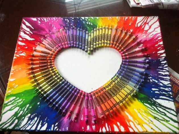 dekoracja-pokoju-dziecka-Woskowe kredki przyklejone w kształcie serca oraz rozlane farbki w kształcie danej kredki - bardzo pomysłowe i kolorowe!