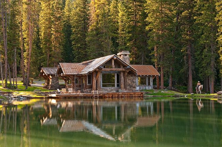 drewniany_dom_drewniana_rezydencja_z_drewna_i_kamienia_dom_z_bali_nad_jeziorem_Headwaters_camp_residence_1