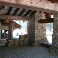 drewniany_dom_rezydencja_z_drewna_i_kamienia_dom_z_bali_nad_jeziorem_Headwaters_camp_residence_11