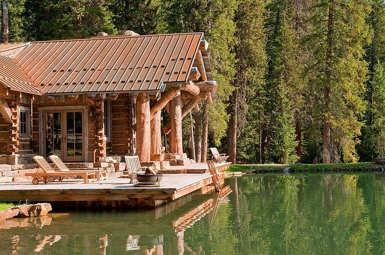 drewniany_dom_drewniana_rezydencja_z_drewna_i_kamienia_dom_z_bali_nad_jeziorem_Headwaters_camp_residence_2