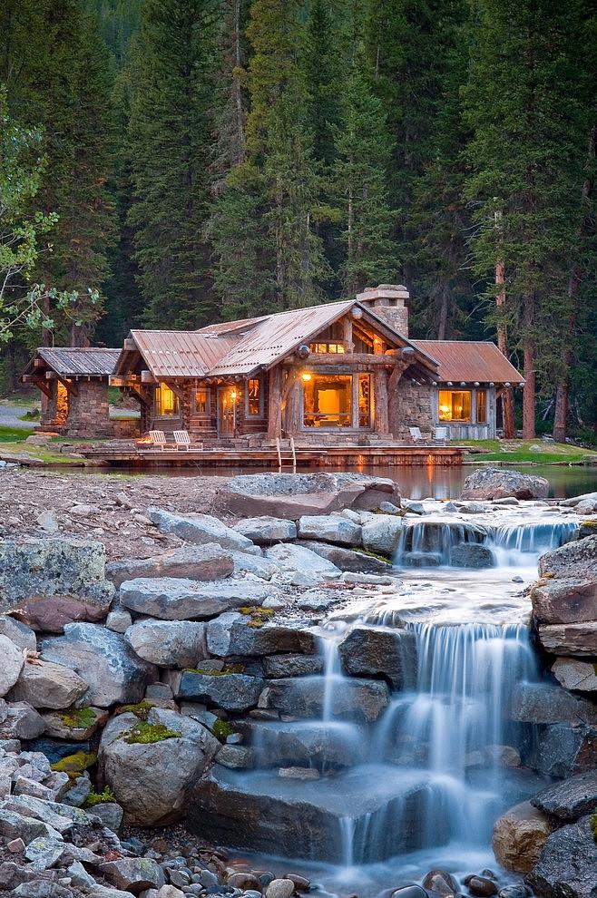 drewniany_dom_drewniana_rezydencja_z_drewna_i_kamienia_dom_z_bali_nad_jeziorem_Headwaters_camp_residence_3