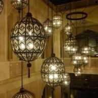 Tajemnicze lampy w formie klatek.