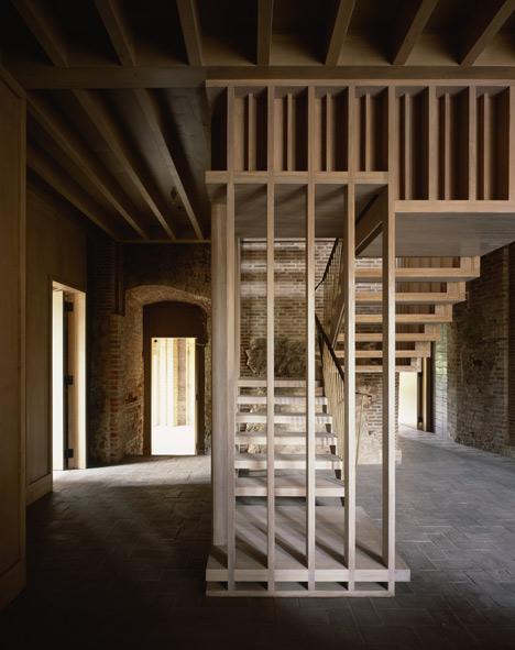 Stare, ceglane mury i współczesna zabudowa z drewna.