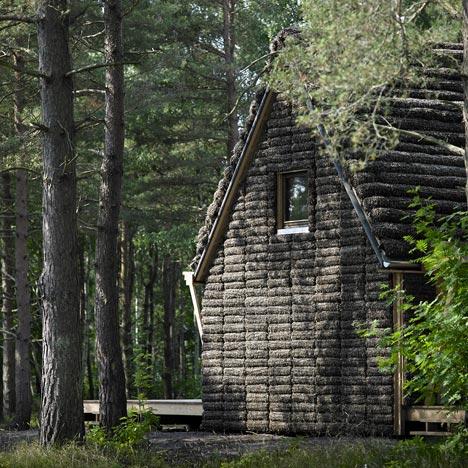 Współczesny dom z wodorostów na wyspie Læsø w Szwecji.