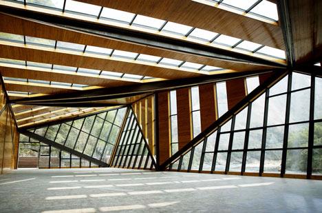Szklane i drewniane panele tworzą swego rodzaju intrygujący labirynt.