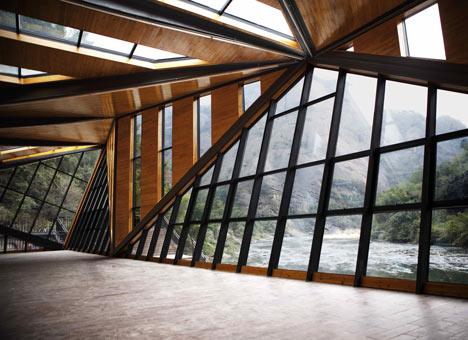 Przez szklane panele można podziwiać niezwykły krajobraz dookoła.