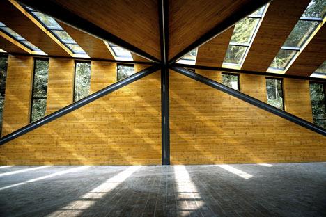 Nietypowa konstrukcja restauracji wpuszcza do środka dużo światła.