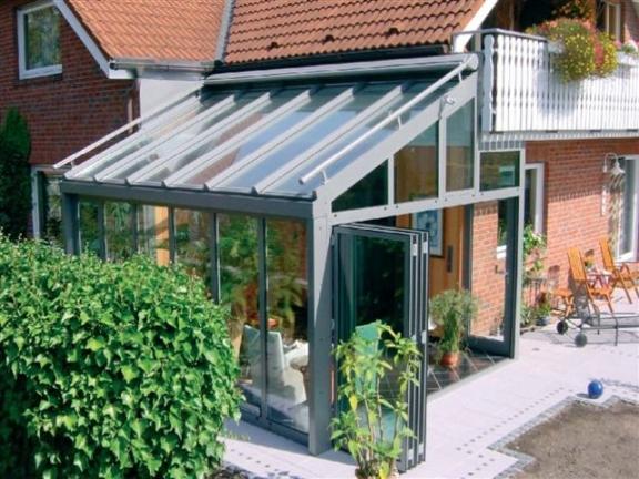 Typowy projekt szklarni dobudowany z boku domu jest dobrym rozwiązaniem, jeśli mamy ograniczone finanse.
