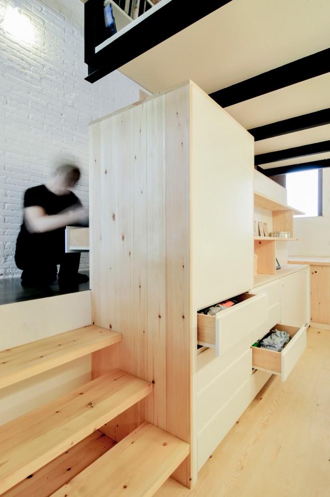 Mały loft służy jako garderoba_dom_plomba