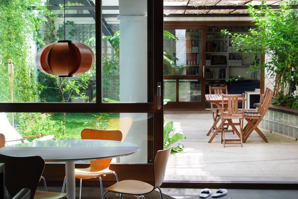 Duża, otwarta przestrzeń mieszkalna otacza patio_dom_plomba