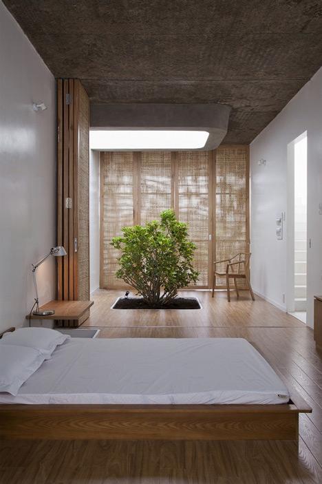 wąski_dom_Bambusowa zasłona to lepsze rozwiązanie w tej sytuacji niż ściana, która nie przepuszcza światła i powietrza.